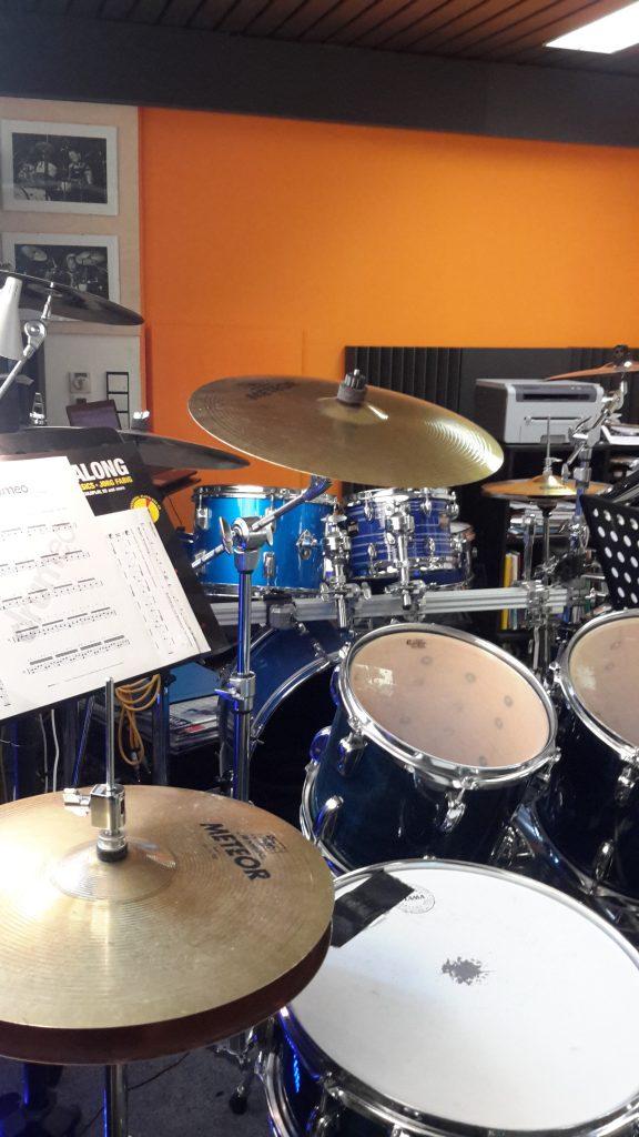 In seinem Unterrichtsraum in Ansbach bietet Philipp Renz Schlagzeugunterricht für Kinder, Jugendliche und Erwachsene an.